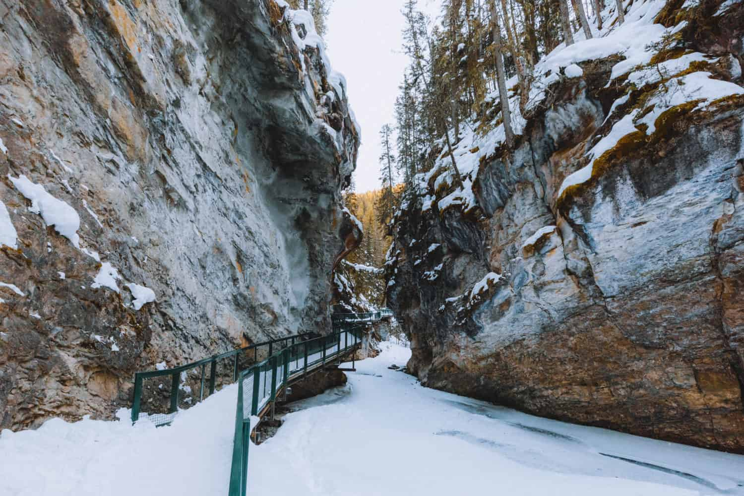 Johnston Canyon Ice Walk - TheMandagies.om
