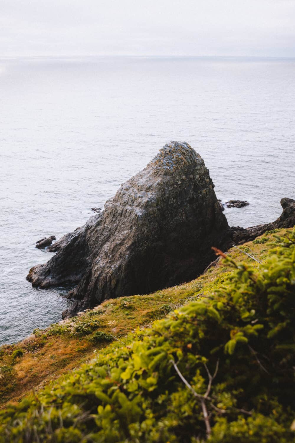 Looking for things to do around central Oregon? We're sharing 10 day trips from Eugene, Oregon, including Cape Perpetua, McKenzie River Corridor, Proxy Falls, Heceta Head Lighthouse and more! #oregon #Eugene #capeperpetua # #proxyfalls #pacificnorthwest #PNW #cascades #photography #sunrise #lighthouse #oregoncoast