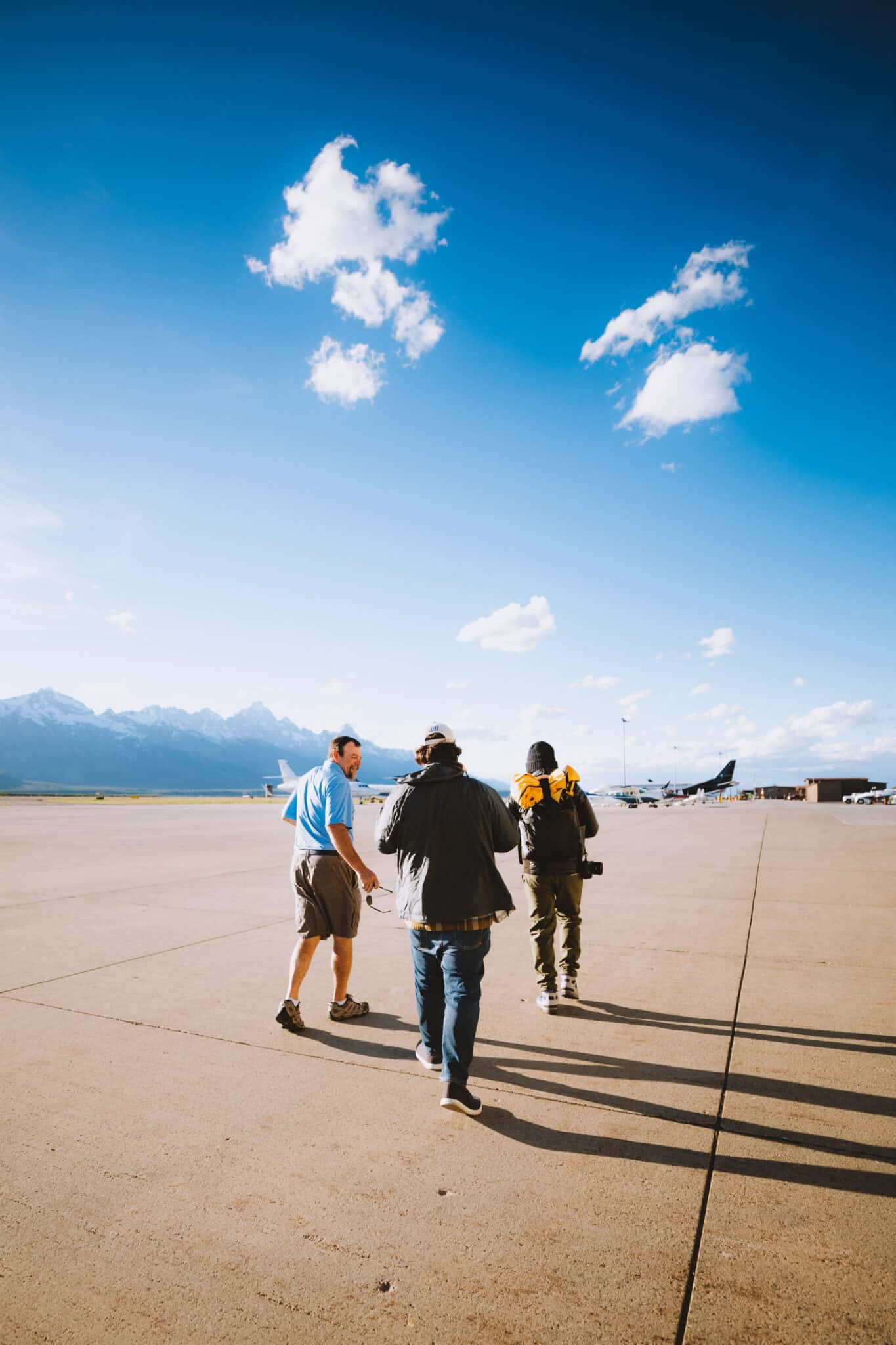 Pilot and guests walking to plane - TheMandagies.com